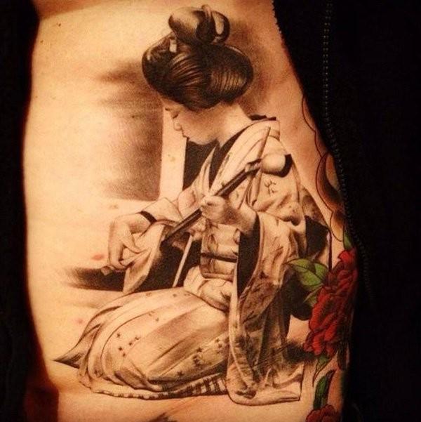 elegante geisha suona sul strumento musicale tatuaggio sulla schiena