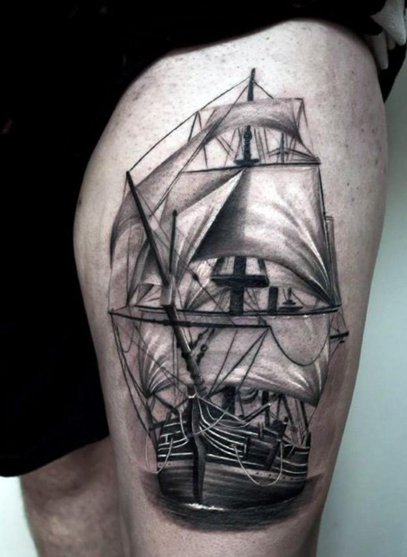 Elegantes sehr detailliertes schwarzes und weißes großes Schiff Tattoo am Oberschenkel