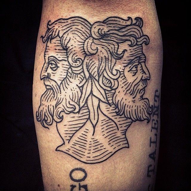 Tatuaje en el antebrazo, estatua antigua de dos hombres