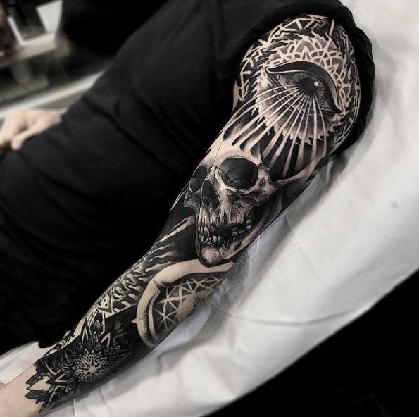 Enorme Blackwork-Stil Ärmel Tattoo des menschlichen Schädels mit geheimnisvollen Auge und floralen Ornament