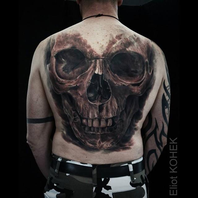 Enormemente dettagliato da Eliot Kohek tatuaggio intero indietro del cranio umano