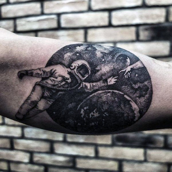 Enorme tatuaggio bicipite in stile dotwork del pianeta con astronauta