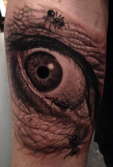 Tatuaje en el brazo, ojo y hormigas