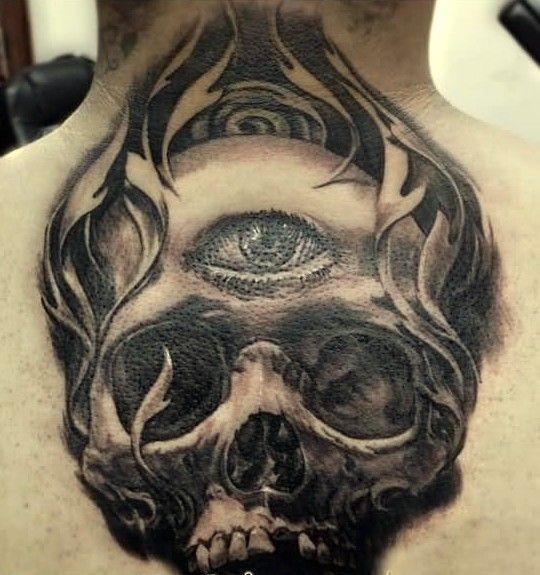 Tatuaggio grande sulla schiena il teschio