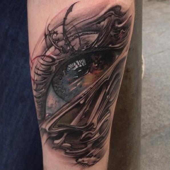 Tatuaggio pittoresco sul braccio l&quotocchio grande