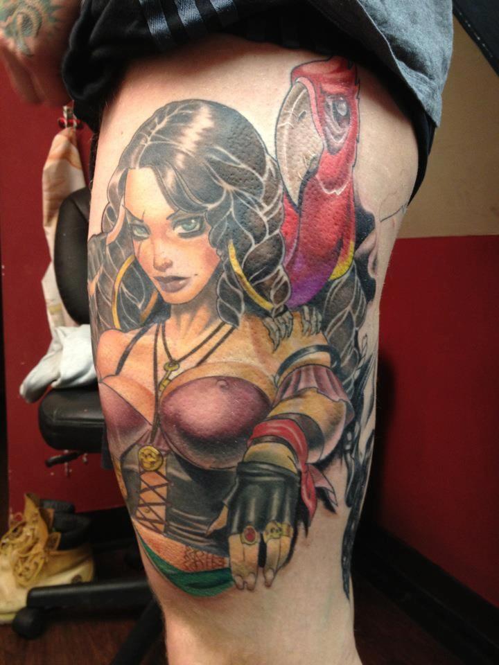 Tatuaje en el muslo, mujer pirata bella con loro rojo