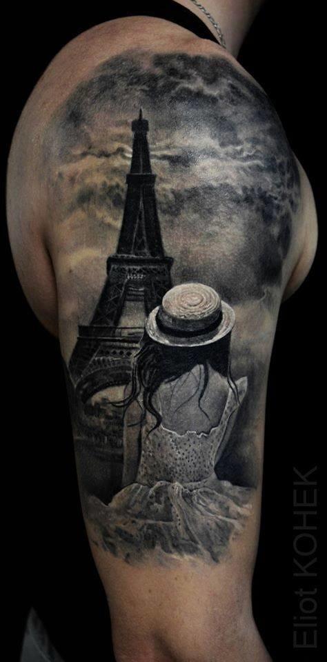Tatuaggio alla spalla colorato dall&quotaspetto fantastico della donna che guarda la torre Eiffel