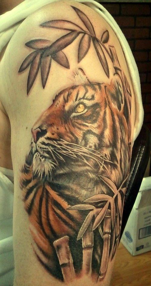 fantastico dipinto molto dettagliato  tigre costante in gingla tatuaggio su spalla