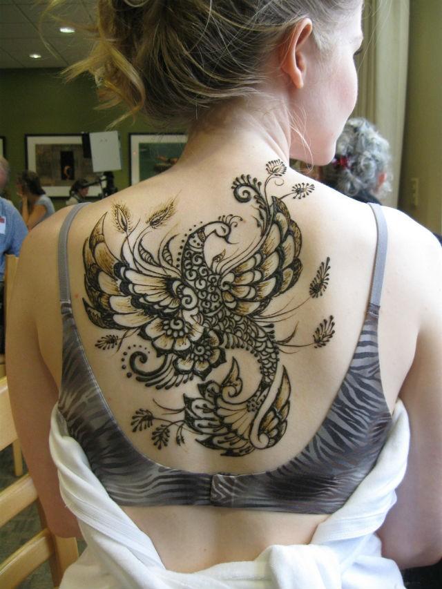 Tatuaggio sulla schiena l&quotuccello di fantasia
