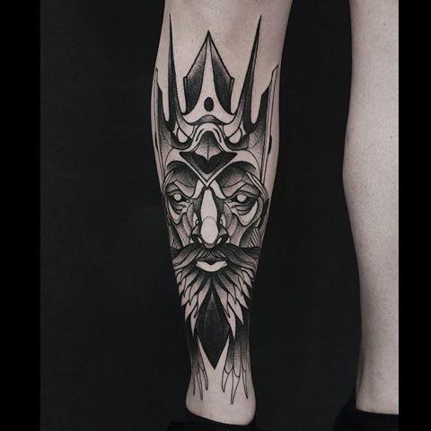 Inchiostro nero stile fantasy dipinto da Michele Zingales con il tatuaggio sulle gambe della maschera demoniaca