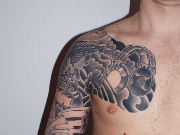 aquila di volo cuffie tatuaggio sulla spalla