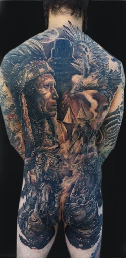 Tattoo im Stil der Ureinwohner Amerikas am ganzen Rücken