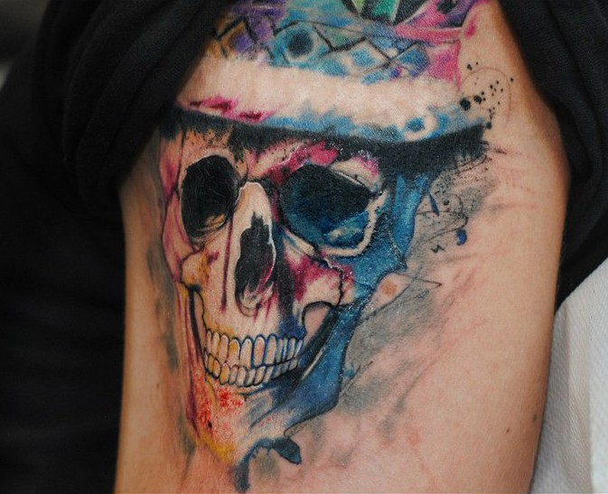 Tatuaggio sulla gamba il teschio con il capello