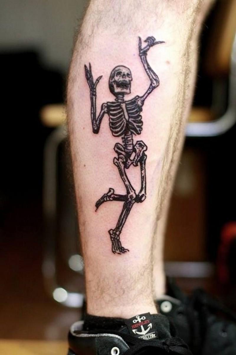 divertente scheletro danza inchiostro nero tatuaggio su gamba