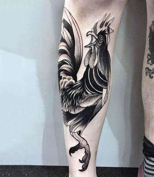 divertente cartone animato nero e bianco gallo tatuaggio su gamba