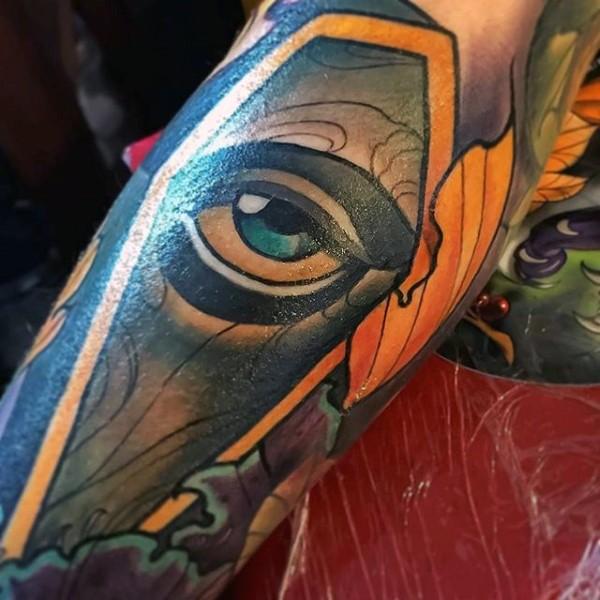 Tatuaje en el antebrazo, ataúd grande con ojo entreabierto