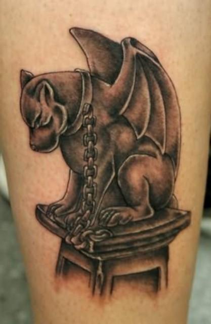 gargoyle cane con una catena intorno tatuaggio