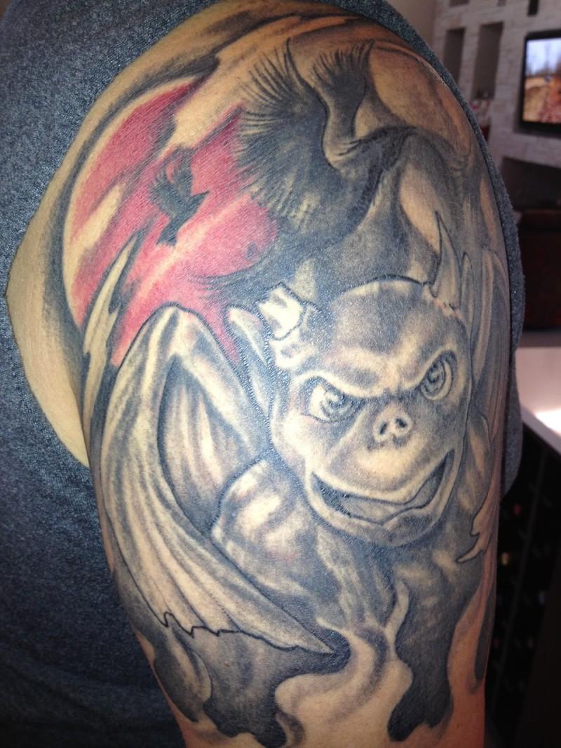gargoyle con corvo nero tatuaggio sulla spalla