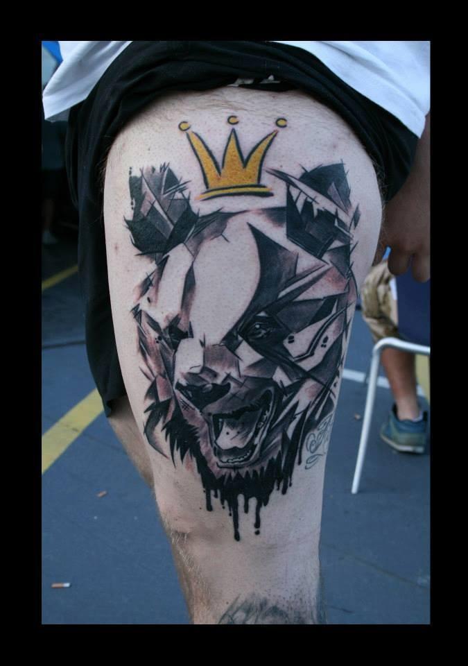 Tatuaggio stilizzato sulla gamba la testa dell&quotorso con la corona