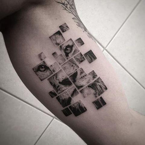 Tatuaggio bicipite con inchiostro nero di stile geometrico