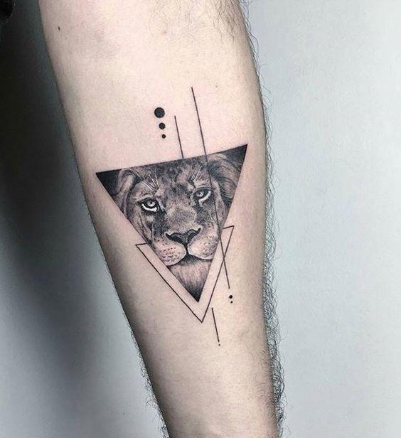 Geometrische Art schwarze Tinte Unterarmtätowierung des Dreiecks mit Löweportrait