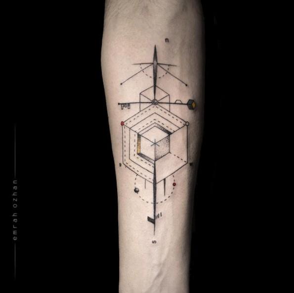Tatuaggio colorato di avambraccio colorato di stile geometrico