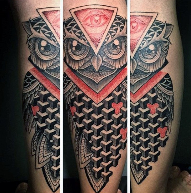 bel stile geometrico dipinto colorato gufo con terzo occhio tatuaggio su gamba