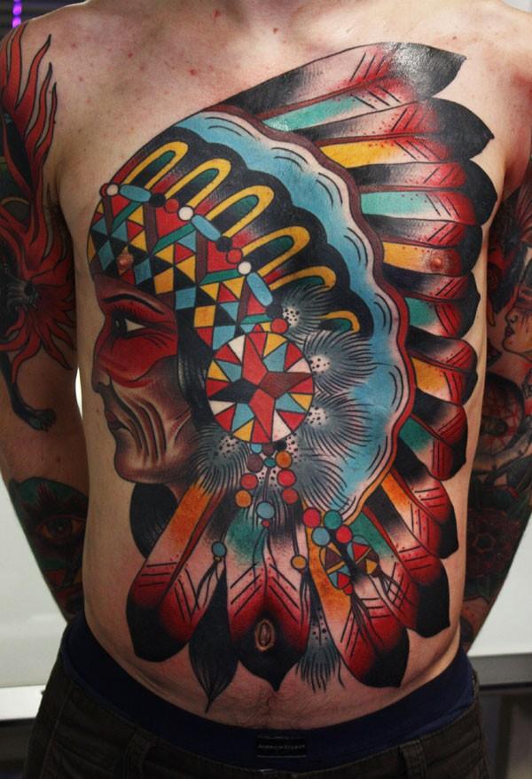 Riesiger amerikanischer traditioneller indianischer Häuptling mehrfarbiges Tattoo an der Brust und Bauch