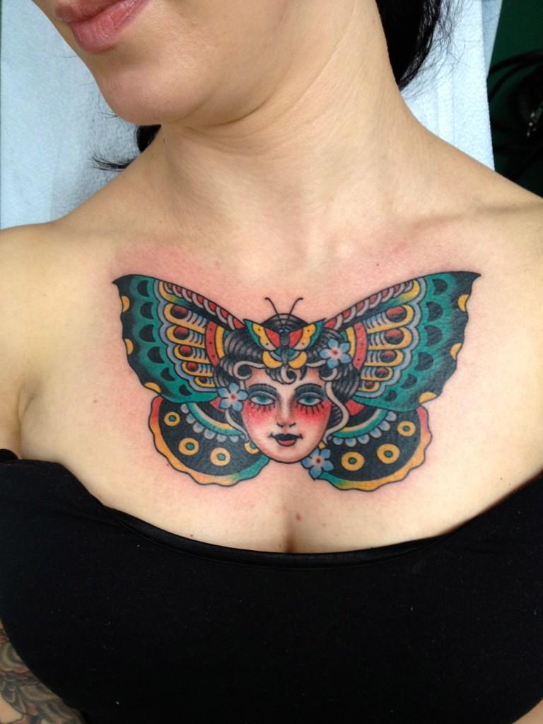 testa di ragazza di testa di farfalla tatuaggio su petto