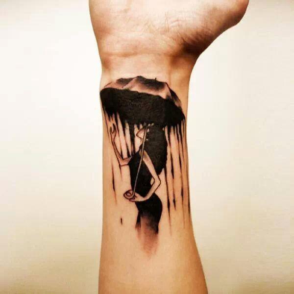 ragazza sotto un ombrello a caso di pioggia tatuaggio avambraccio