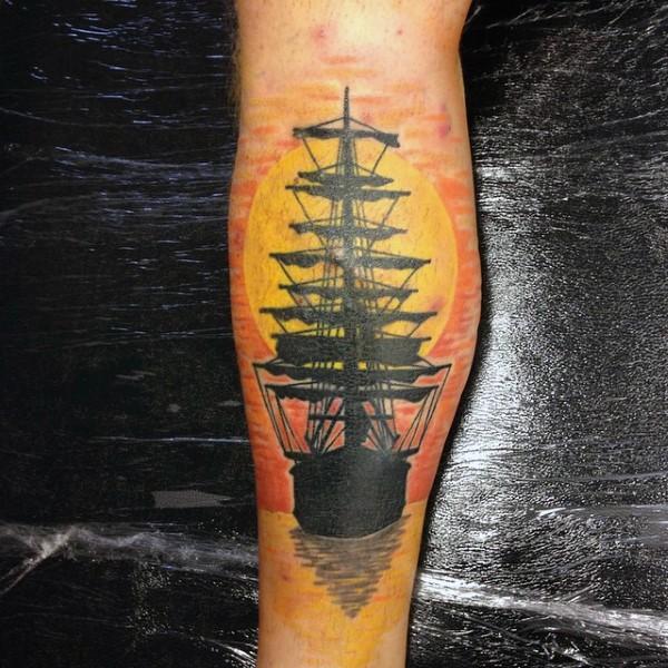 mozzafiato colorato antica barca con tramonto tatuaggio su gamba