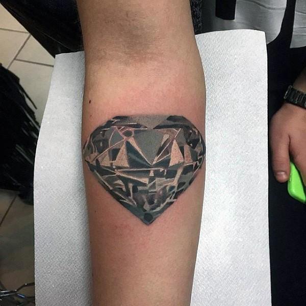 Tatuaje en el antebrazo, diamante costoso grande