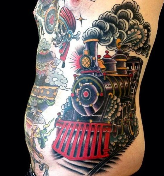 Splendido tatuaggio colorato sul lato del vecchio treno a vapore