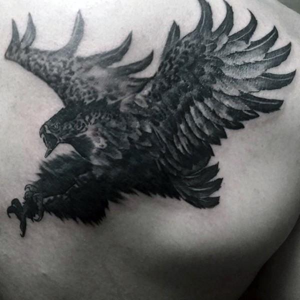 splendida aquila volante dipinta inchiostro nero tatuaggio su scapola