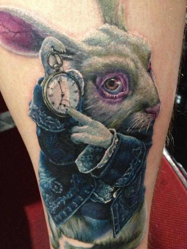 Herrliches sehr detailliertes und farbiges Oberschenkel Tattoo Kaninchen aus Alice im Wunderland