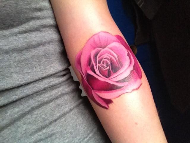 meravigliosa molto realistica rosa colore rosa tatuaggio su braccio