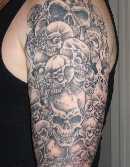 inchiostro grigio sacco di teschi tatuaggio a mezza manica