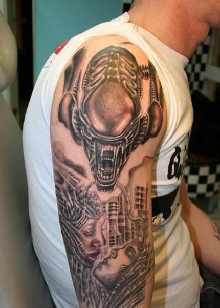 inchiostro grigio aliene tatuaggio avambraccio