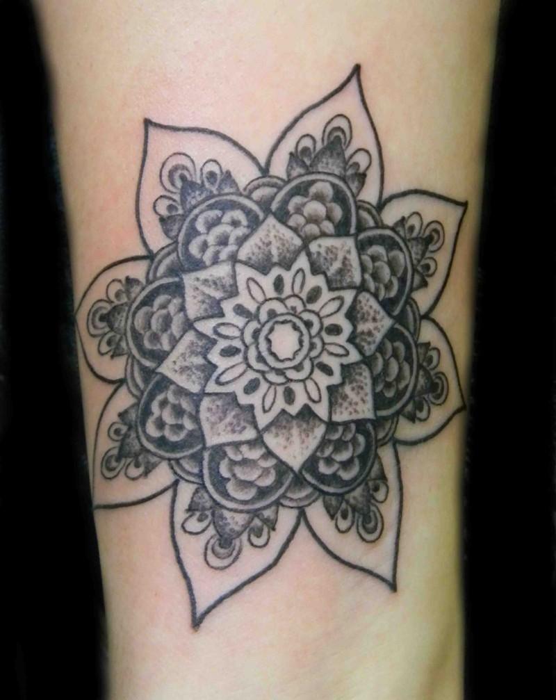 inchiostro grigio fiore mandala tatuaggio con braccio