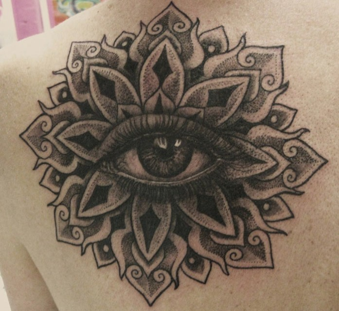 inchiostro grigio fiore mandala con occhio tatuaggio su schiena