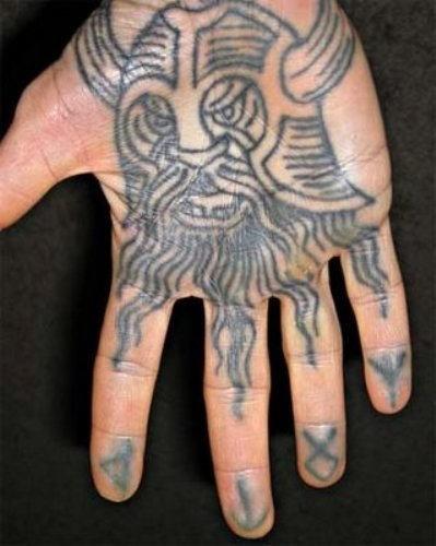vichingo inchiostro griggio e rune tatuaggio sulla mano