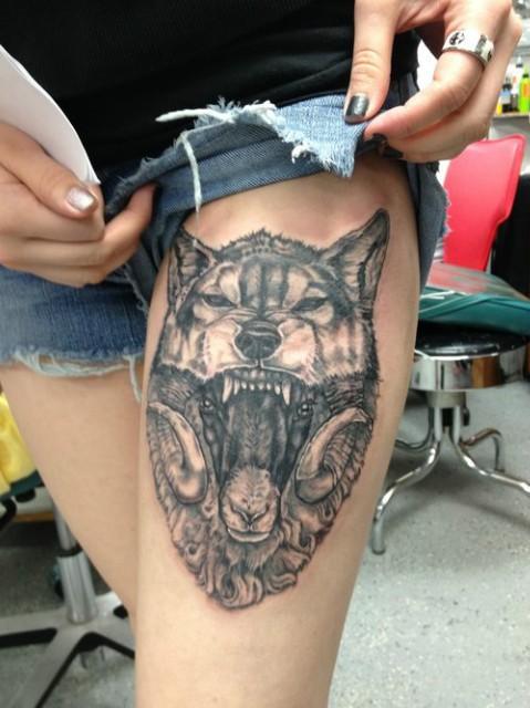 lupo pecora inchiostro grigio tatuaggio sulla coscia