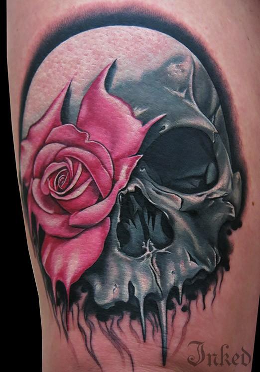 grande cranio con rosa rosa tatuaggio