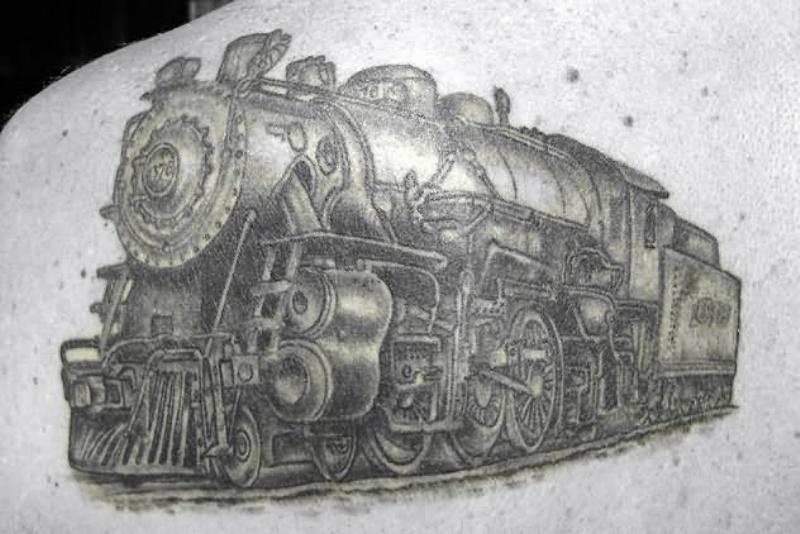 Tatuaggio dettagliato del treno stile lavato grigio su scapolare