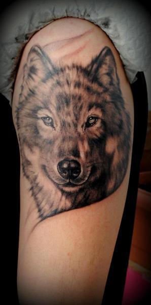 Tatuaggio grande sul deltoide la faccia del lupo
