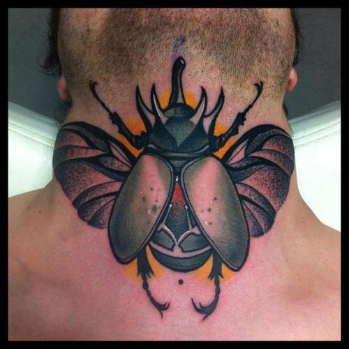 Tatuaggio classico sulla nuca l&quotinsetto colorato
