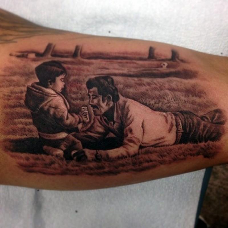grande disegno nero e bianco padre e figlio tatuaggio su bicipite
