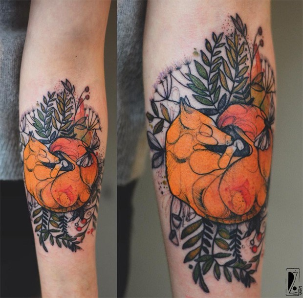 Grande disegnato da Joanna Swirska tatuaggio avambraccio di volpe dormiente con foglie