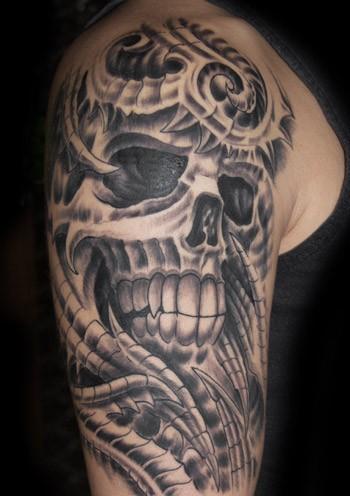 grande dettagliato nero e bianco scheletro aliene tatuaggio su cpalla