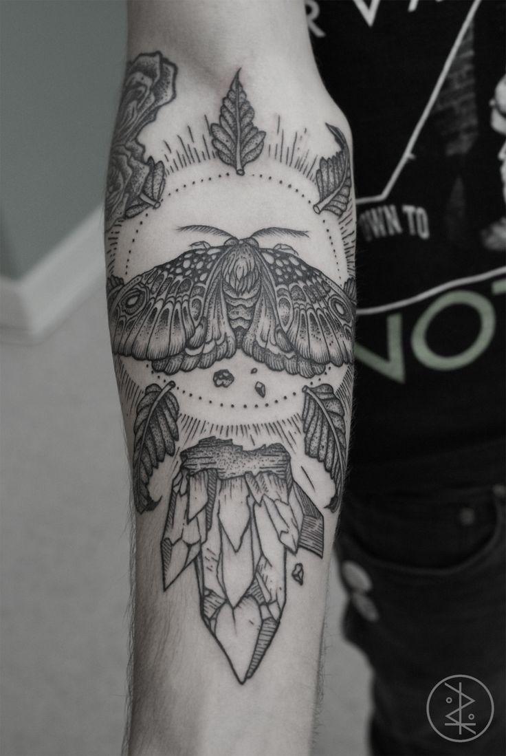 grande dettagliato nero e bianco grande farfalla con foglie su luce tatuaggio su braccio